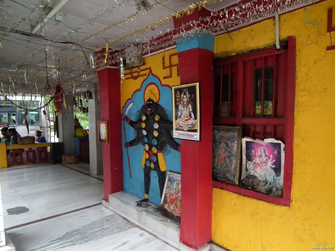 Road to Rekong Peo. Temple on the road.
