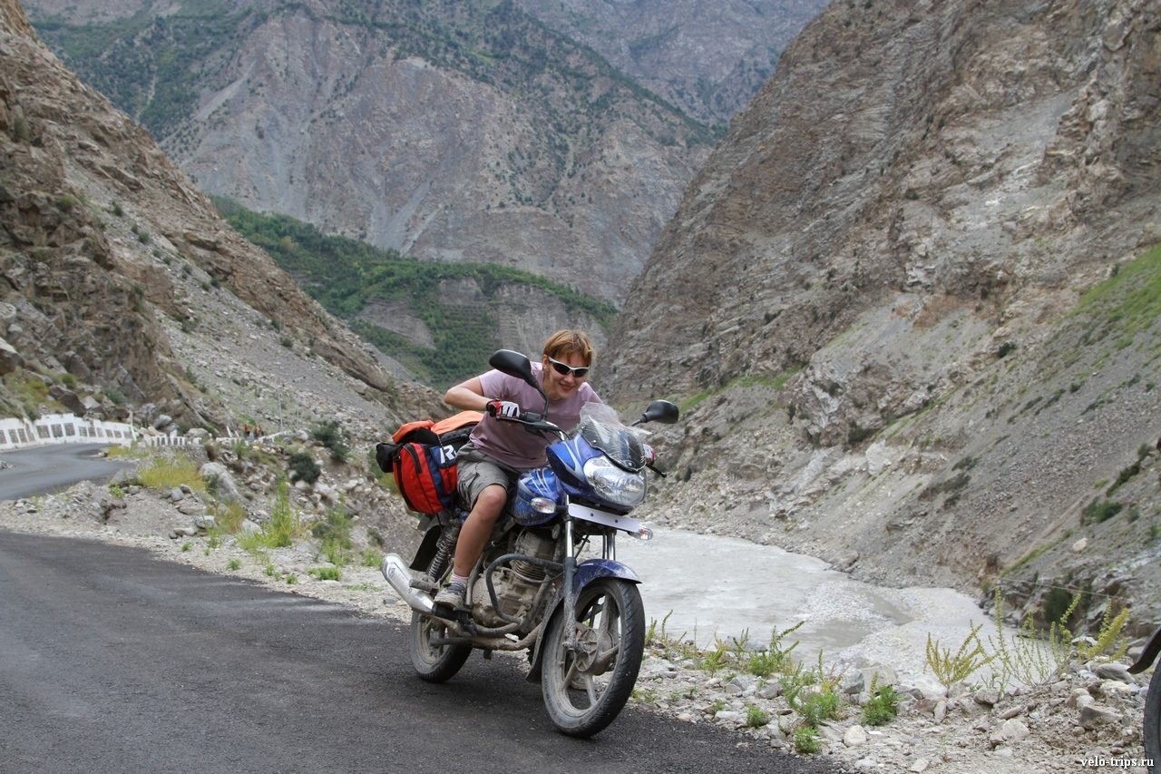 Yulia & Indian motorbike in Himalaya
