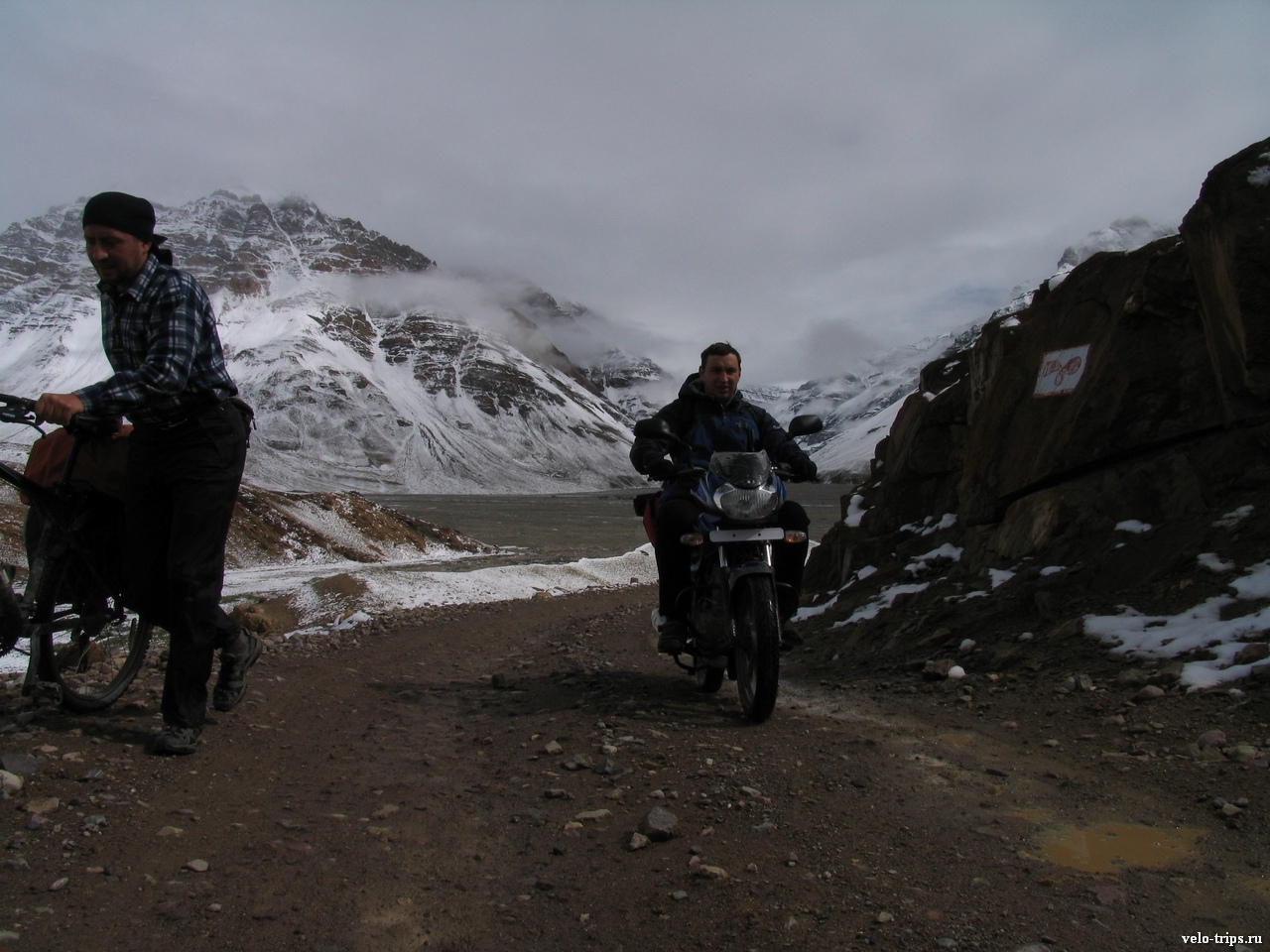 Andrey with motorcycle on the road from Losar to Kunzum La, India