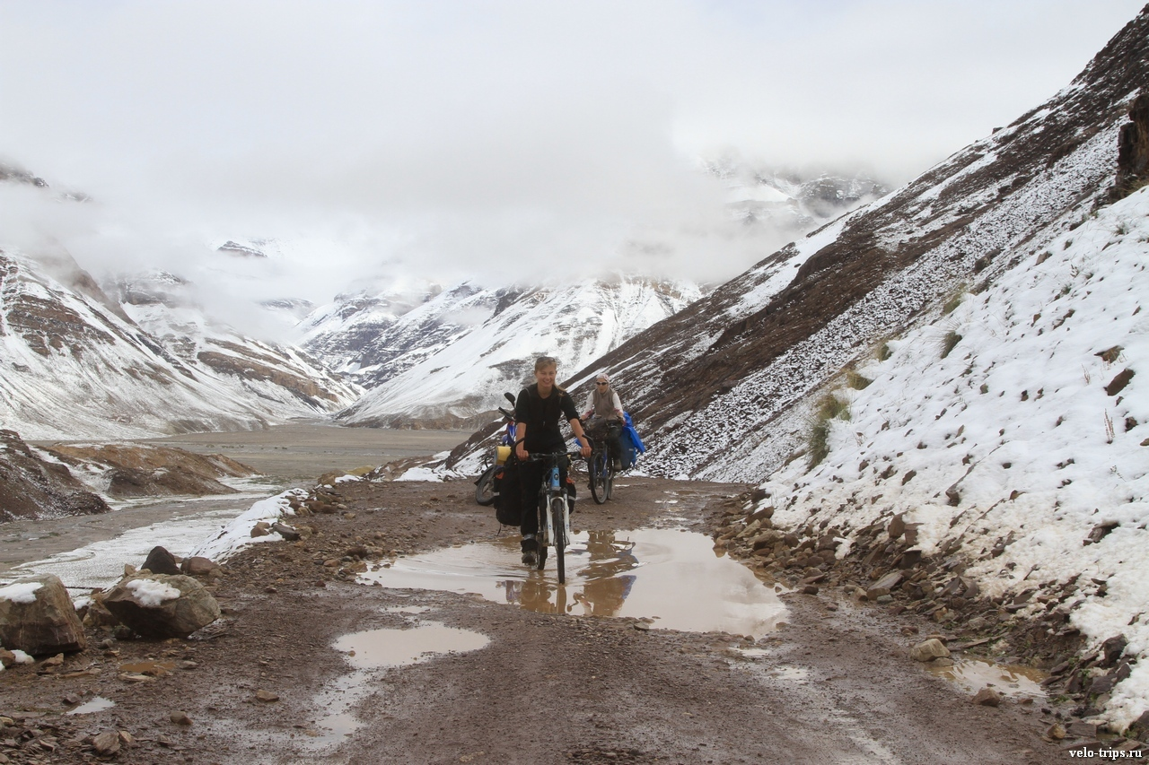 Women on bicycles and mountains. From Losar to Kunzum La, Himalaya