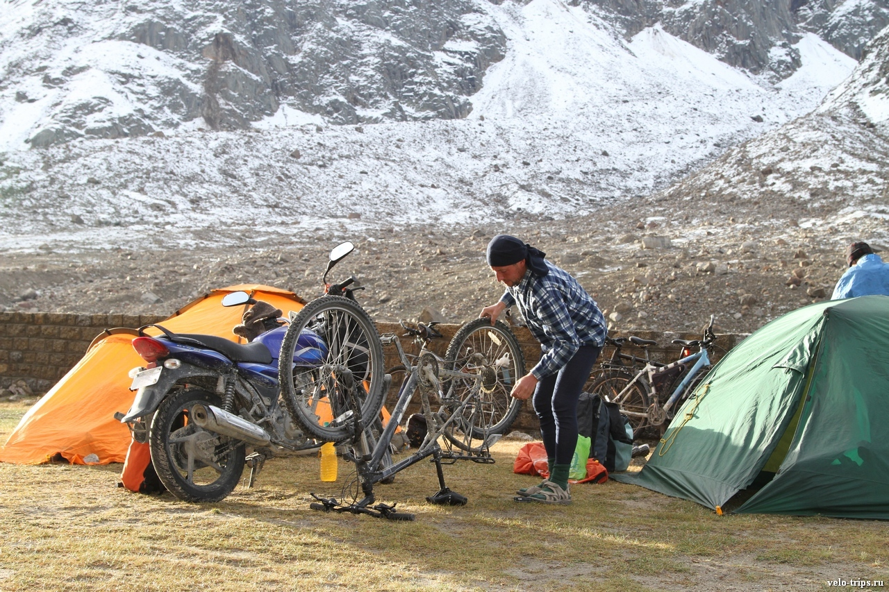 Morning bicycle repairing in mountains. Chandra valley, Himalays