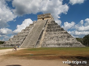 Mexico, Chichen-Itza. Main pyramid from other point of view