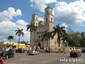 Mexico, Valliadolid. Main square with church