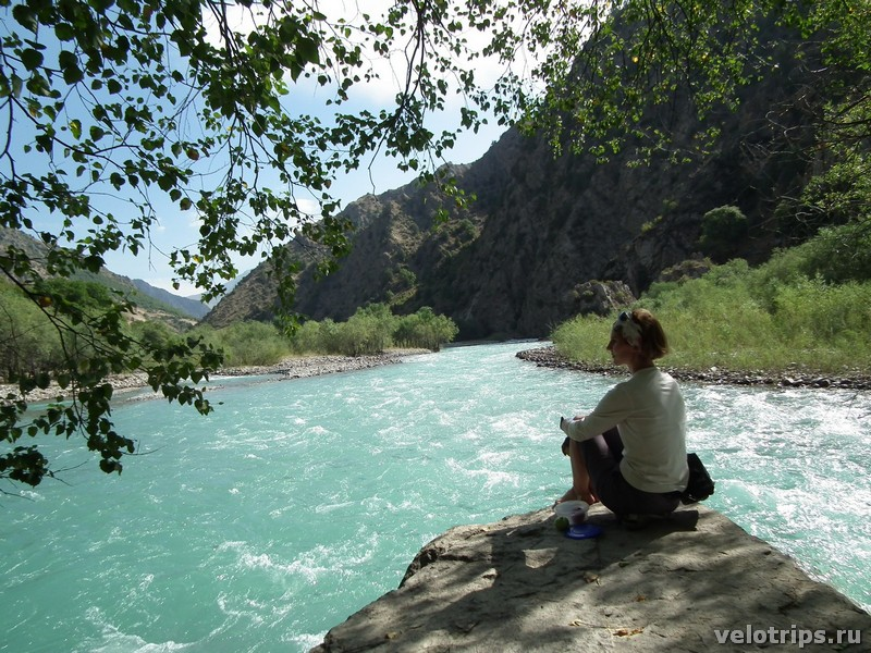 Tajikistan, Rufigar. Rest on the stone of the mountain river