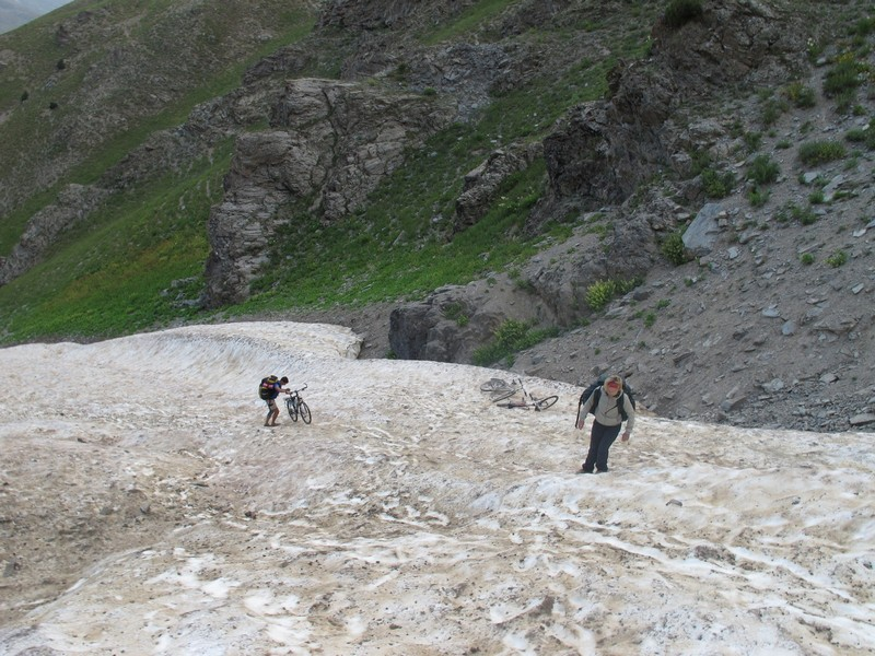 Tajikistan, Rost pass. On slipping snow with rucksacks