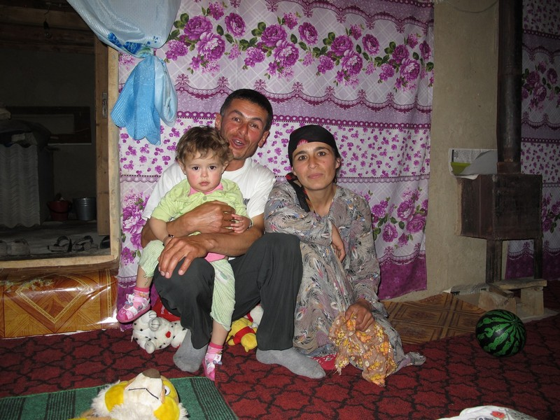 Tavasang pass. Tajik family - man, woman, child